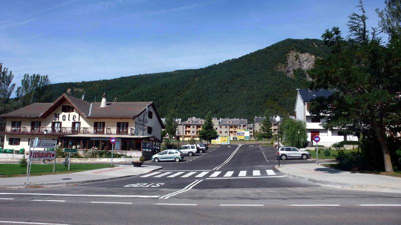 Inmobiliaria Casmar - Apartamentos Pirineo Aragonés - Edificio Sayerri - Villanua Huesca - imagen entrada